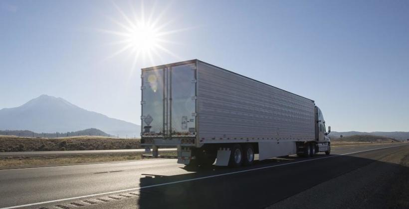 Transport towarów – własna flota czy korzystanie z usług firm transportowych?