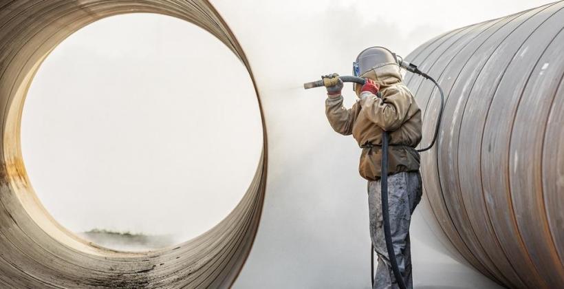 W jaki sposób odbywa się piaskowanie konstrukcji stalowych?