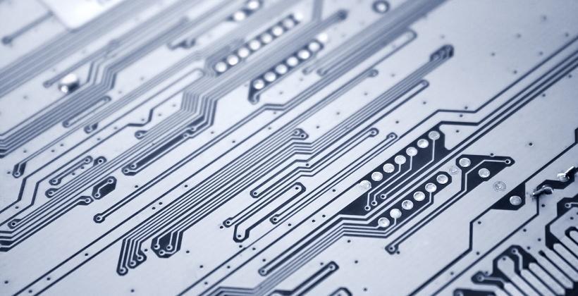 Z jakich materiałów wykonuje się płytki drukowane?