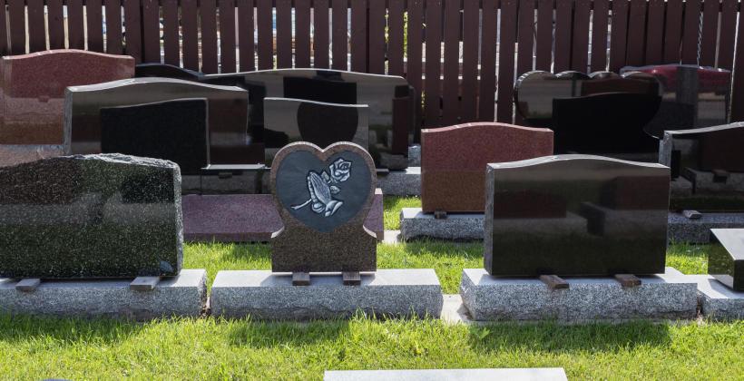 Zalety kamienia naturalnego do budowy nagrobków