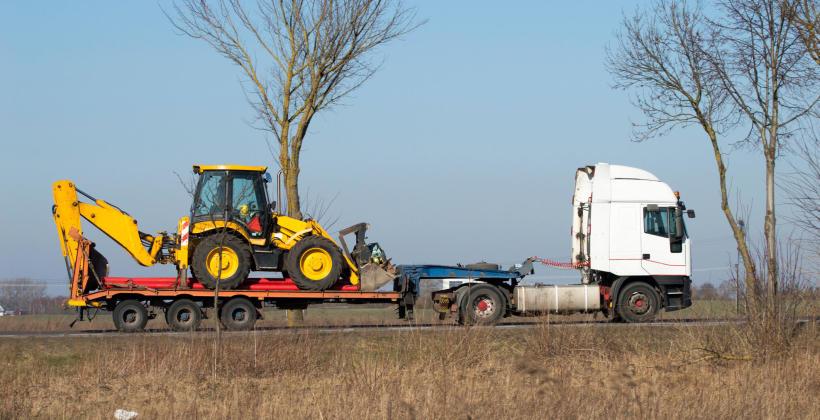 Na co zwrócić uwagę przy wyborze firmy transportującej maszyny budowlane i rolnicze?