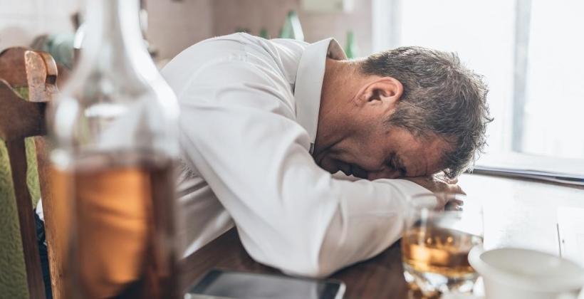 Skąd bierze się kac po alkoholu?