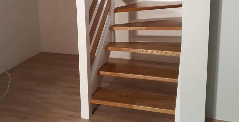 Charakterystyka drewnianych schodów ażurowych