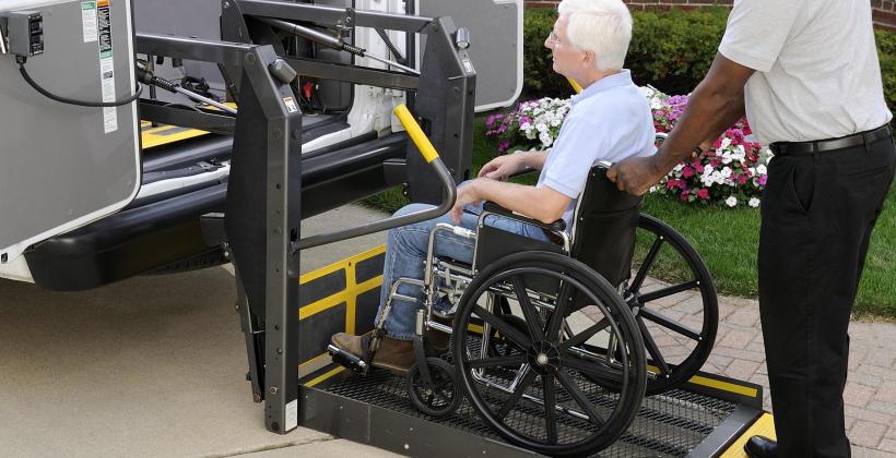 W jaki sposób należy przewozić osoby poruszające się na wózkach inwalidzkich?