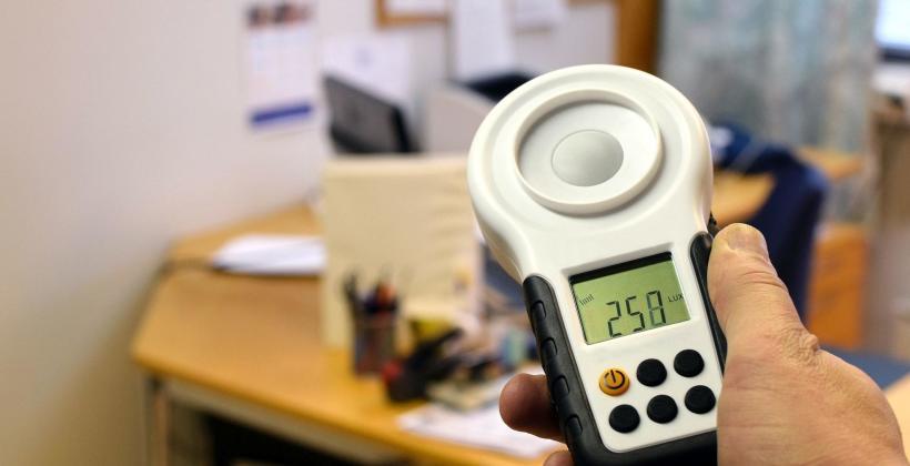 Pomiar natężenia światła w miejscu pracy – podstawowe informacje