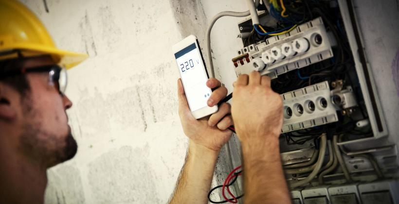 Zadbaj o bezpieczeństwo instalacji elektrycznej, korzystajac z usług fiirmy Kamila Cybulskiego