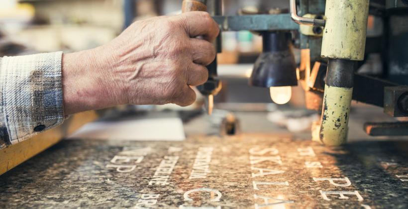 Tablice pamiątkowe na nagrobkach i pomnikach