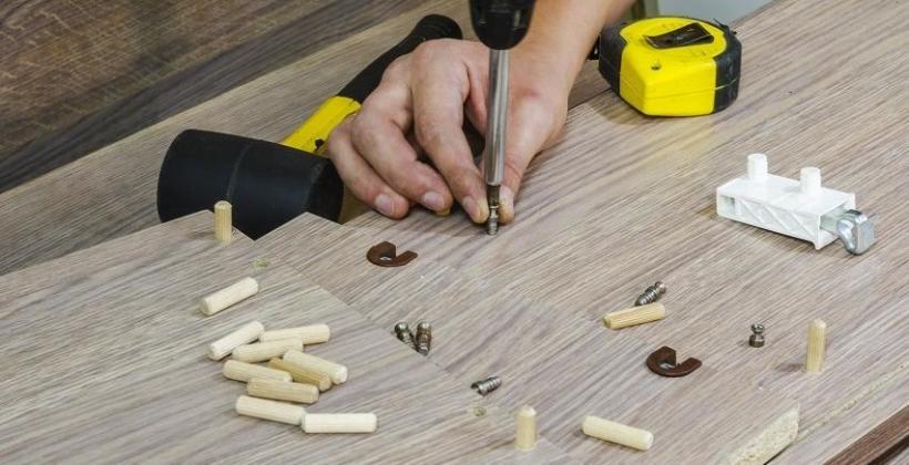 Jak wywiercić idealne otwory pod kołki drewniane?