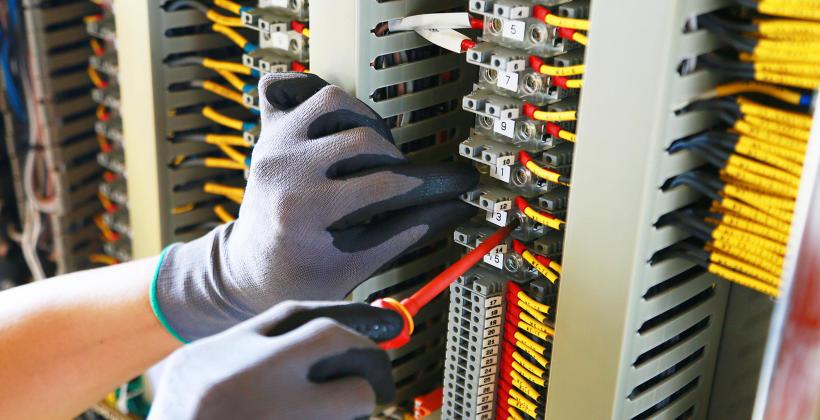 Projektowanie szaf sterowniczych zgodnie z wymaganiami systemów automatyki przemysłowej