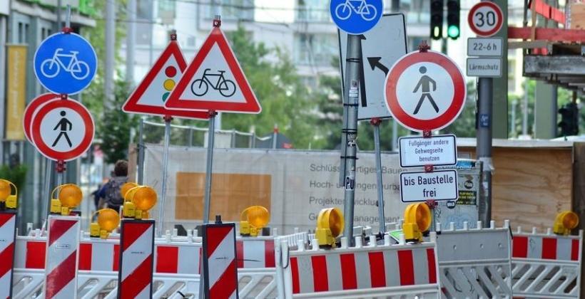 Z jakich materiałów wykonuje się znaki drogowe?