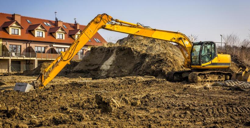Na co zwrócić uwagę wynajmując ciężki sprzęt budowlany?