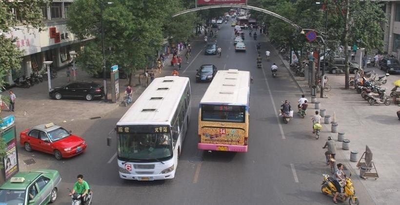 Bus jako wygodny środek transportu na wycieczkę turystyczną