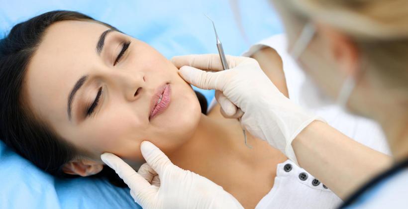 Jakie zabiegi wykonuje się w ramach leczenia periodontologicznego?