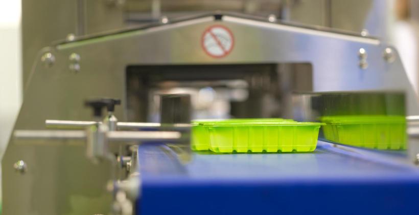 Maszyny pakujące dla branży spożywczej – czym muszą się wyróżniać?