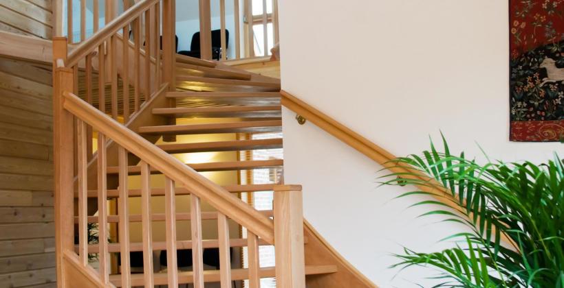 Schody z drewna na zamówienie – jaki materiał najlepiej wkomponuje się we wnętrze Twojego domu?