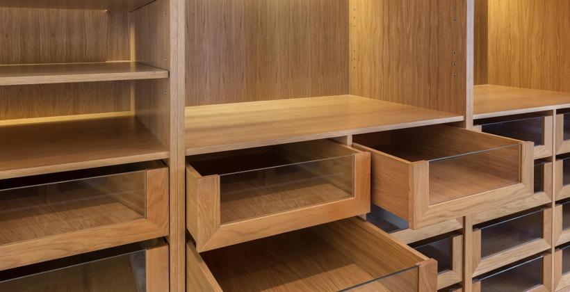 Niewielkie elementy drewniane do wnętrz – na co warto zwrócić uwagę?