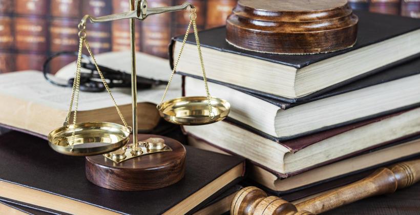 Jak działa i jakimi możliwościami dysponuje komornik sądowy?
