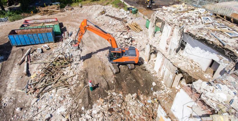Przebieg prac związanych z rozbiórką budynków