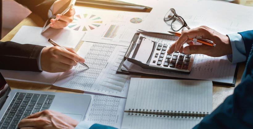 Uproszczona i pełna księgowość w firmie – czym się różnią i kiedy należy je prowadzić?