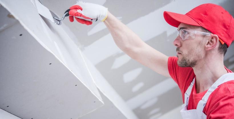 Remonty przestrzeni domu i biur – stawianie ścian działowych
