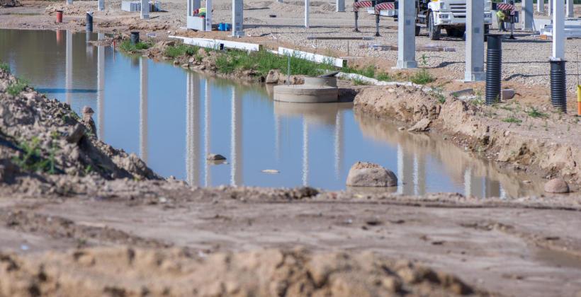 Dlaczego ważne jest odwodnienie terenu przed rozpoczęciem prac budowlanych i na czym polega?