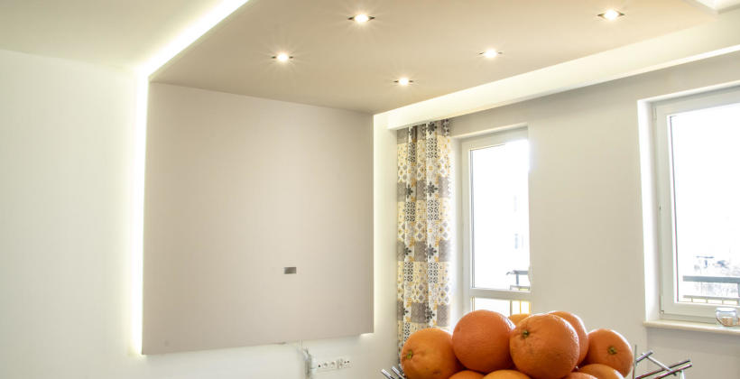 Montaż sufitów podwieszanych – profile, wieszaki i łączniki