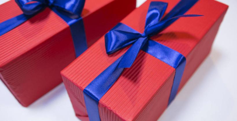 Pakowanie prezentów dla firm – kiedy warto skorzystać z takiej usługi?