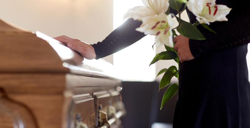 Śmierć bliskiej osoby - jak zorganizować pogrzeb?