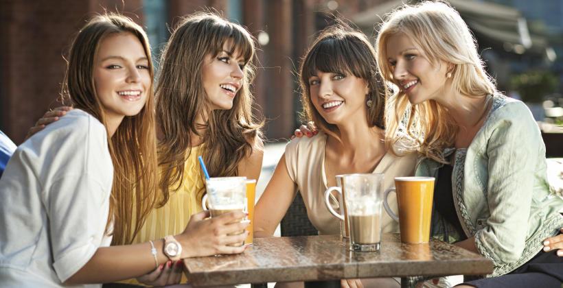 Gorące napoje w kawiarni – co warto zamówić?