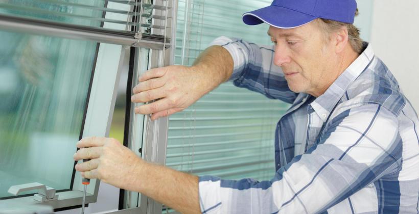 Prawidłowy montaż stolarki okiennej i drzwiowej w przemyśle.