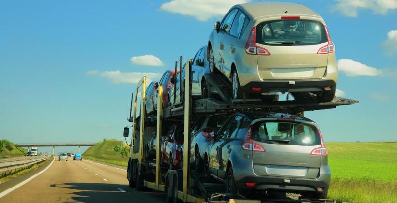 Transport samochodu na lawecie.