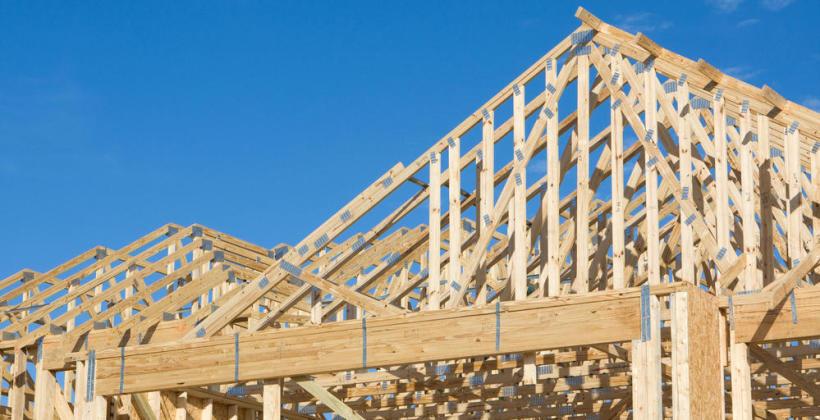Drewniane konstrukcje dachowe obniżają koszty budowy