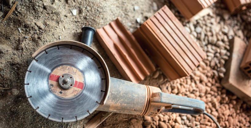 Zanim podziurawisz ściany i zniszczysz drogie kafelki – zaopatrz się w odpowiedni sprzęt do cięcia betonu i terakoty.
