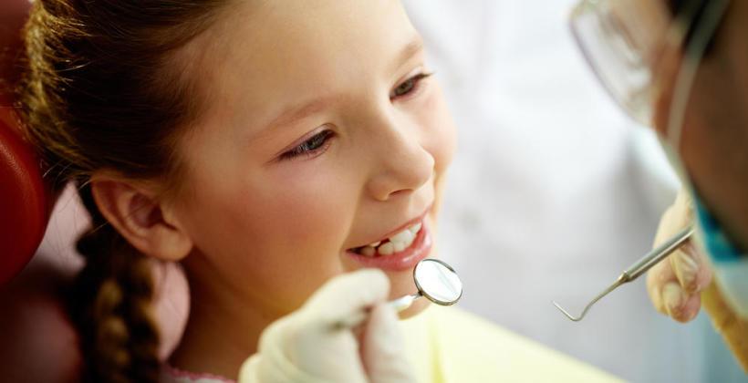 Przychodzi dziecko do dentysty, czyli co warto wiedzieć o wizytach naszych pociech u dentysty