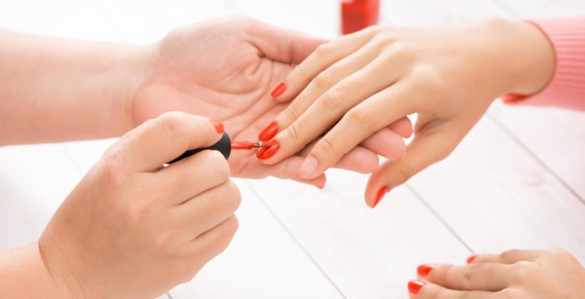 Jakie są główne zalety przedłużania paznokci metodą akrylową?