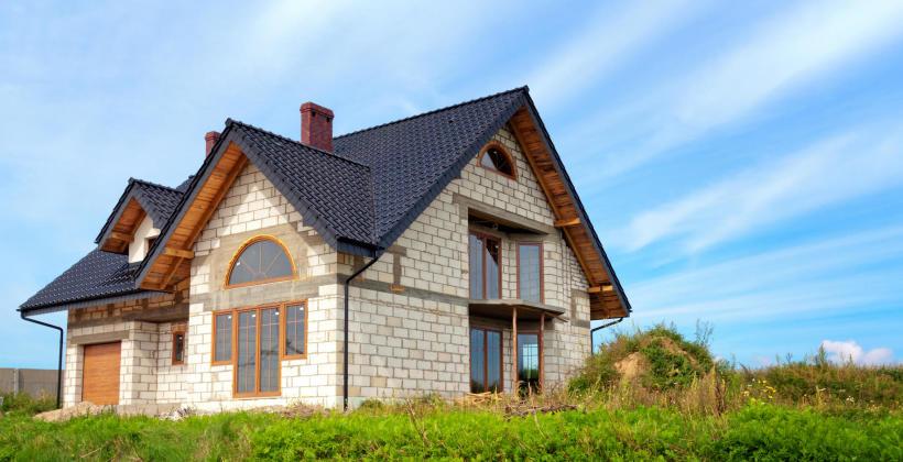 Ciepły dom jednorodzinny – zadbaj o odpowiednie okna!