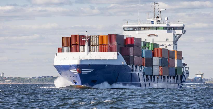 Transport towarów drogą morską – co warto wiedzieć?
