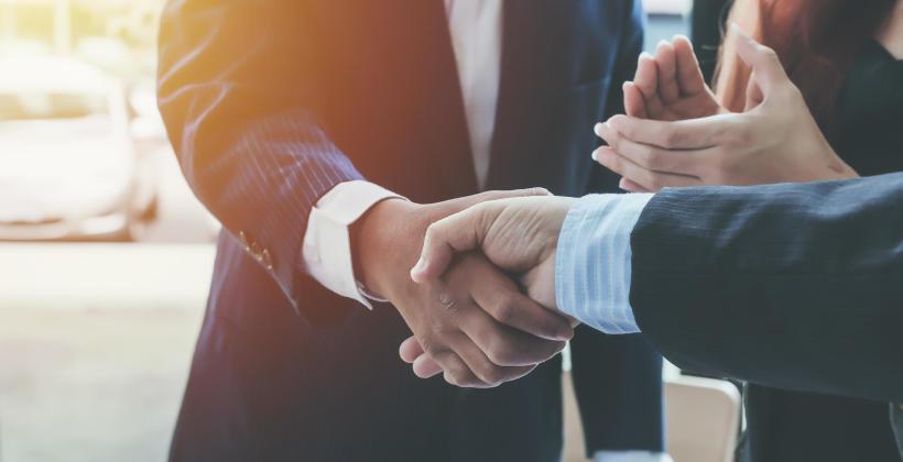 Savoir-vivre w biznesie – kto pierwszy powinien podać dłoń?