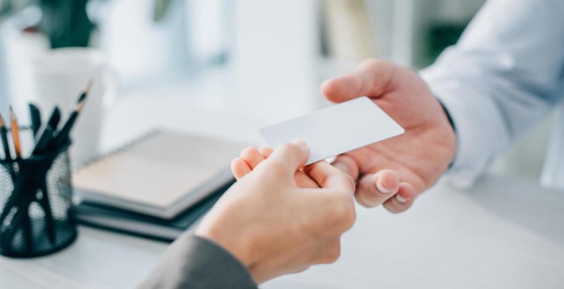 Jak wręczyć wizytówkę zgodnie z zasadami savoir-vivre?