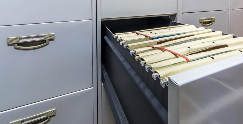 Metalowe szafy na akta – idealne do pomieszczeń biurowych?