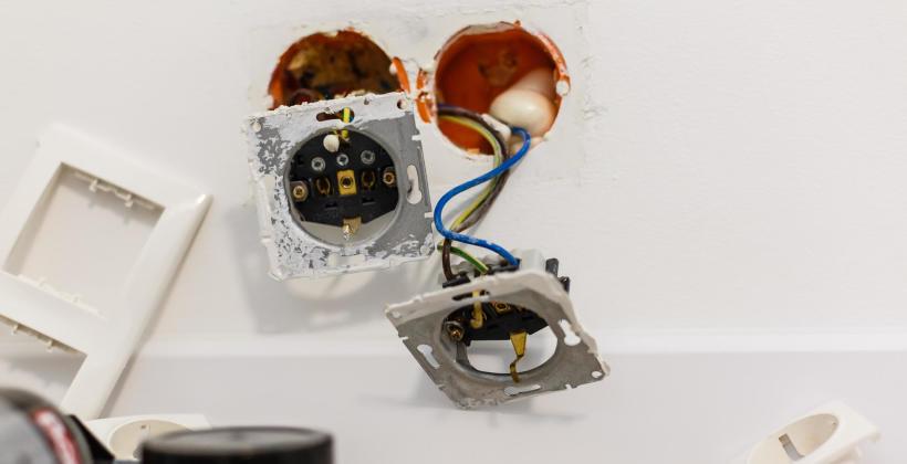 Awarie, montaż instalacji i dodatkowe usługi – kiedy dokładnie pomoże elektryk?