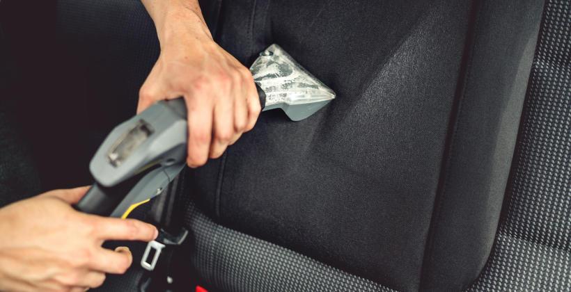 Pranie tapicerki samochodowej – samodzielnie czy u specjalisty?