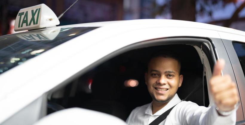 Jakie usługi taksówkarskie oferowane są w małych miastach i w ich okolicach?