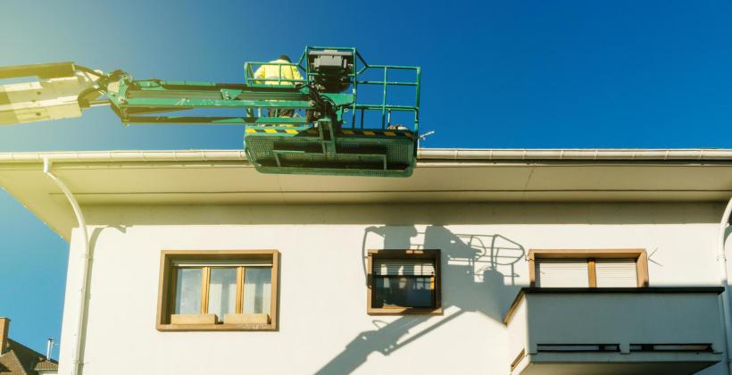 Potrzebujesz mycia okien na dużej wysokości – wynajmij firmę dysponującą podnośnikiem koszowym