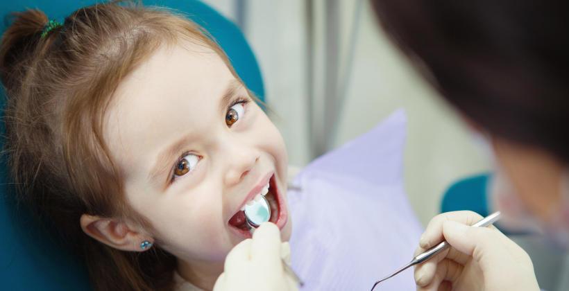 Kiedy pójść z dzieckiem na pierwszą wizytę do stomatologa?