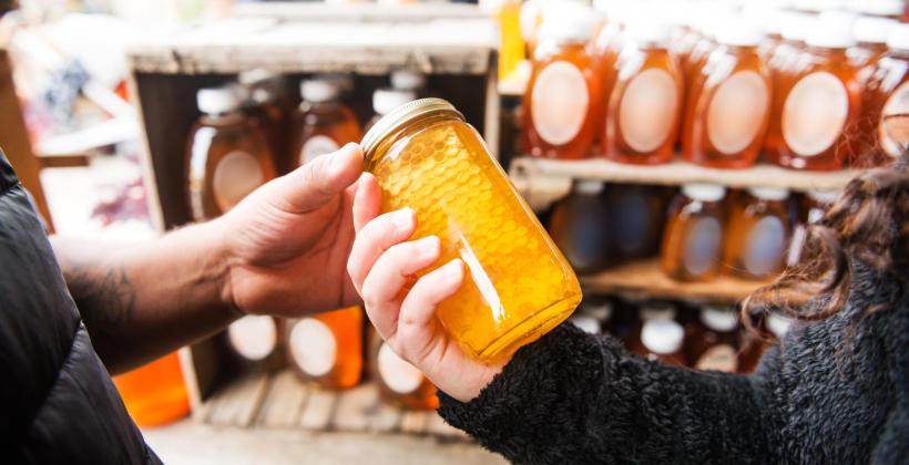 Dlaczego warto korzystać z produktów na bazie miodu?