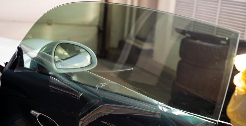 Przyciemnienie szyb samochodowych - jakie korzyści płyną z tego rozwiązania?