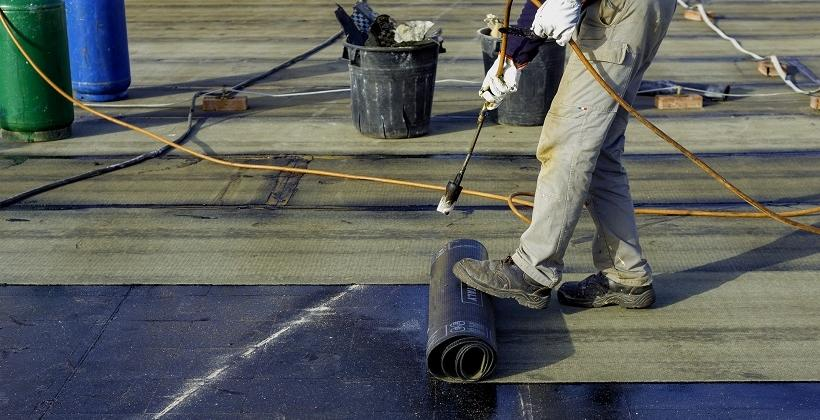 Hydroizolacja dachu płaskiego. Co warto wiedzieć?
