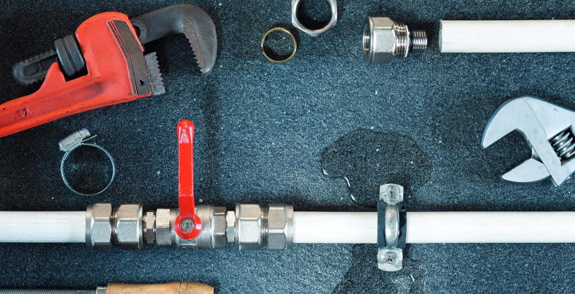 Potrzebujesz natychmiast dobrego hydraulika – znajdź w sieci najlepszy zakład hydrauliczny