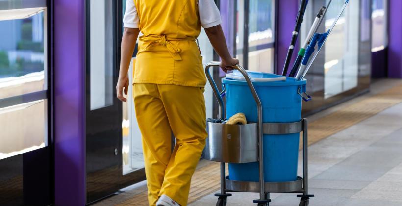 Dlaczego zlecanie pracy firmie sprzątającej się opłaca?